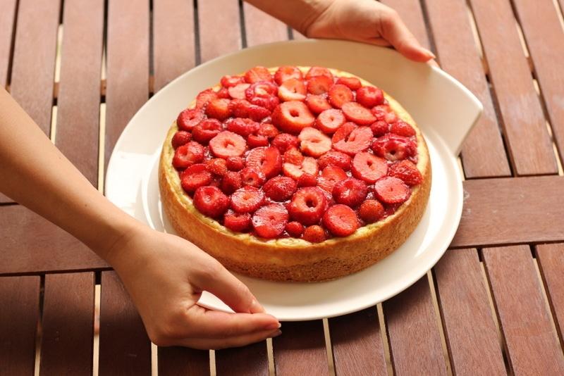 Veganer Vanillekäsekuchen mit frischen Erdbeeren - perfekt für den Sommer.